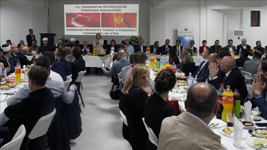 Ambasada e Turqisë në Mal të Zi shtroi iftarin tradicional