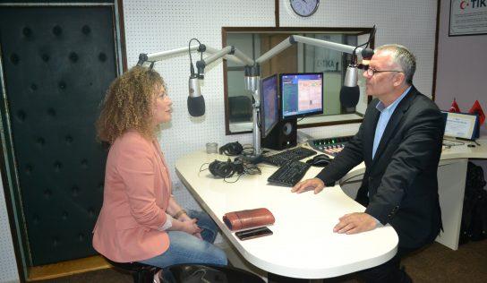 """Emisioni """" Zëra dhe Gjurmë"""" – intervistë me drejtoreshën e bibliotekës Ardita Rama"""
